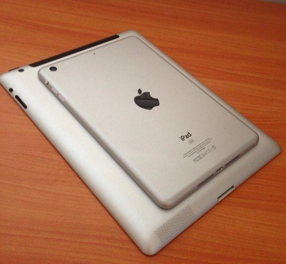 iPad Mini na tle iPad
